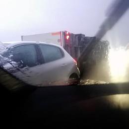 Allagamenti, incidenti e alberi caduti Viabilità in tilt, camion si ribalta-Video