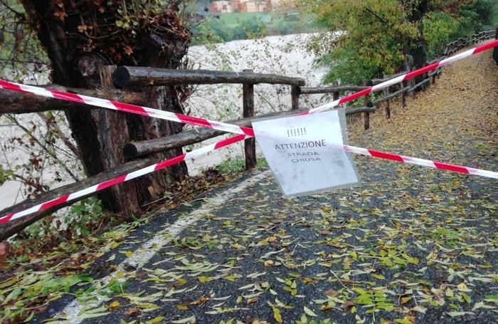 La pista ciclabile chiusa a Villa d'Ogna