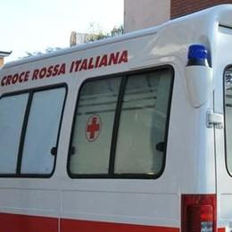 Apre la portiera dell'auto e colpisce ciclista Ferita una donna di 63 anni a Treviglio