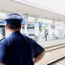 Controlli in stazione e allo scalo merci Bivacchi e droga: 33 persone identificate