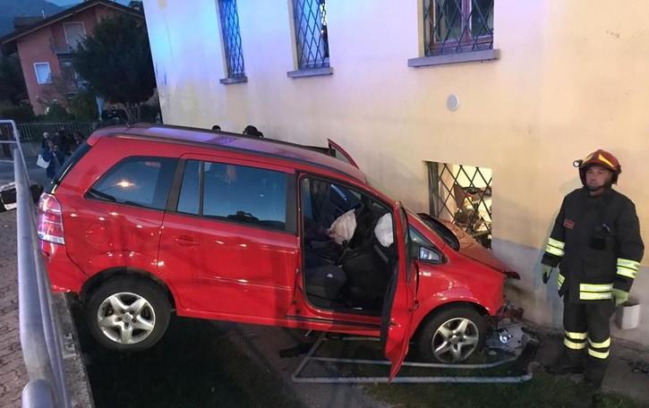 Scontro tra due auto a Fiorano al Serio Una finisce fuori strada: cinque feriti