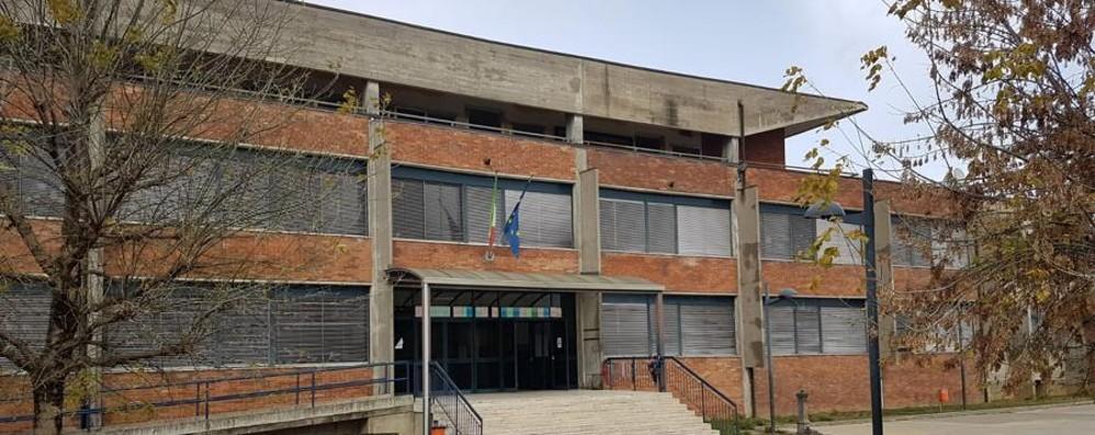 Cade una finestra all'intervallo Calcio, feriti due bambini a scuola