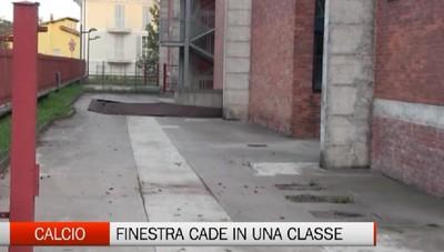 Finestra cade in una scuola di Calcio. Feriti (lievemente) due alunni