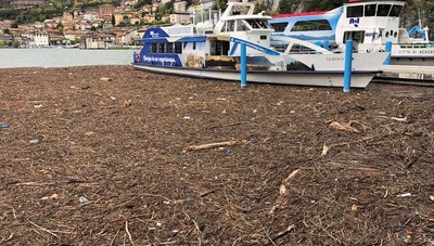 Il porto colmo di detriti a Costa Volpino