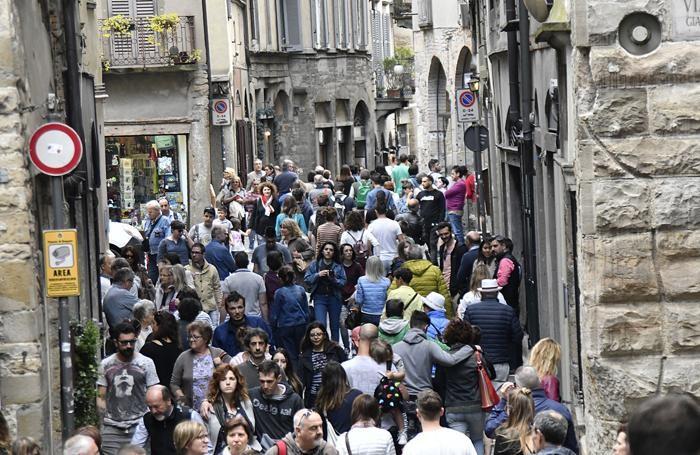 Bergamo turisti che passeggiona alla corsarola