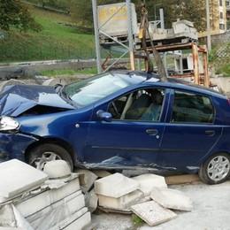 Villa d'Ogna, perde il controllo dell'auto  Finisce nel deposito di un'azienda, illesa
