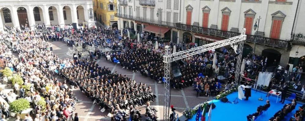 Graduation Day in Piazza Vecchia Rivedi la cerimonia, ospite Vecchioni