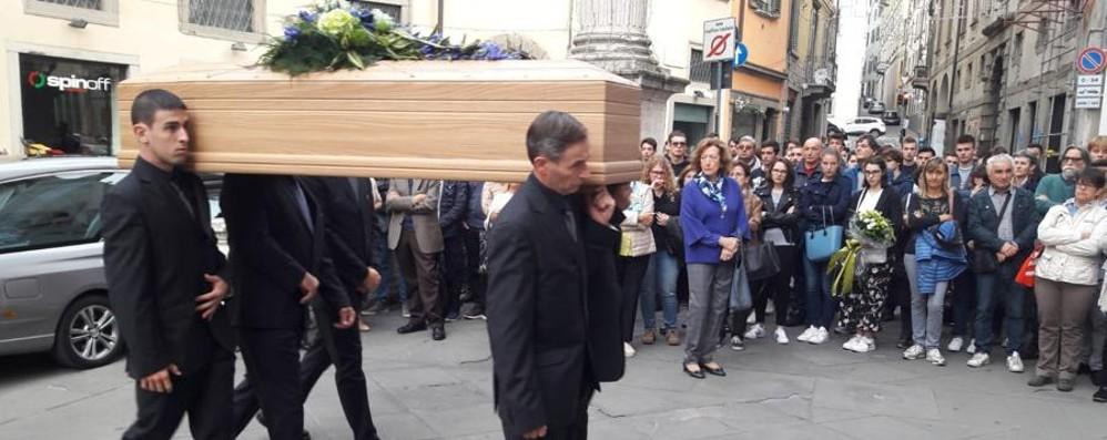 Prof ucciso a Entratico, indagini avanti Ai funerali il ricordo  della famiglia