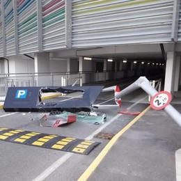 Camion urta una sbarra a Oriocenter Ferito l'operaio intento a sistemarla