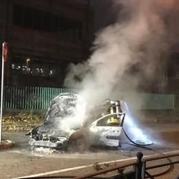 L'auto prende fuoco a Brembate Illeso il conducente - Guarda il video