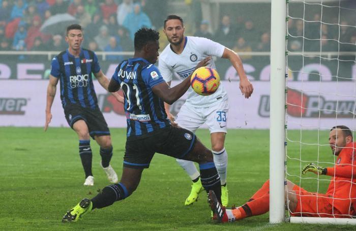 Atalanta's Duvan Zapata (l) and Inter's goalkeeper Samir Handanovic