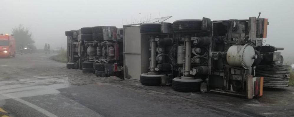 Camion si ribalta e perde il carico A Grignano strada da ripulire