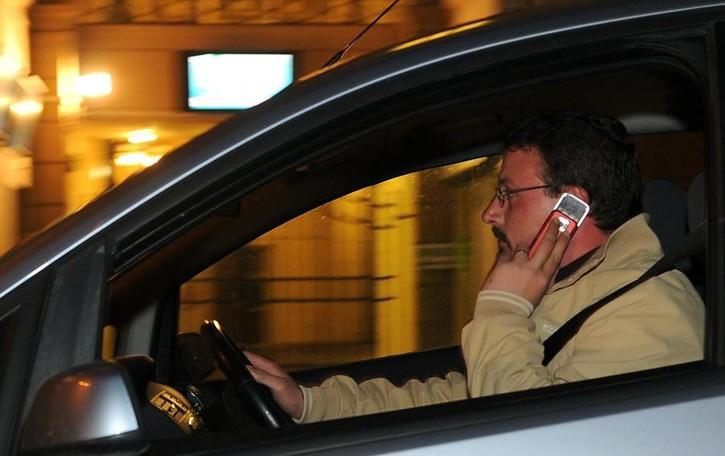 Sorpreso due volte in meno di 2 anni alla guida mentre telefona: via la patente