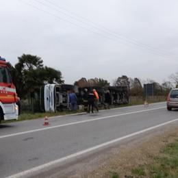 Autista colto da malore sulla Rivierasca Si ribalta il camion, traffico in tilt
