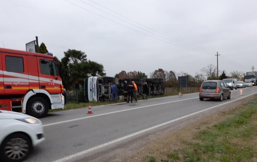 Calusco, traffico in tilt sulla Rivierasca Si ribalta un camion: Elisoccorso in azione