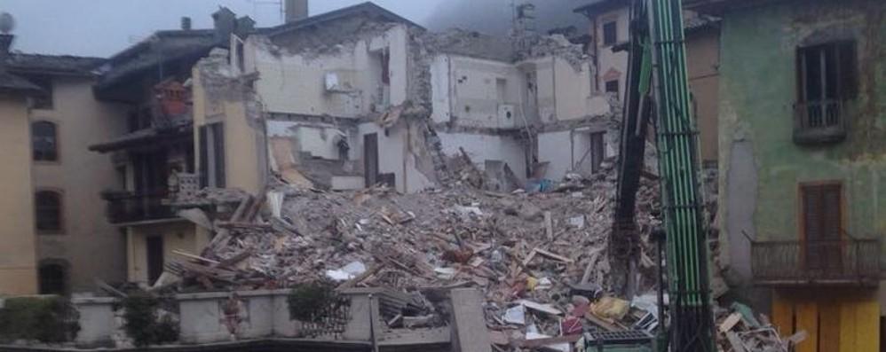 La mattina a San Giovanni Bianco Demolizioni concluse alle 5.30 - Foto