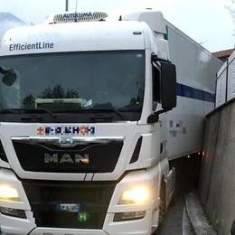 Camion si incastra a Cene Per sbloccarlo interviene l'autogru