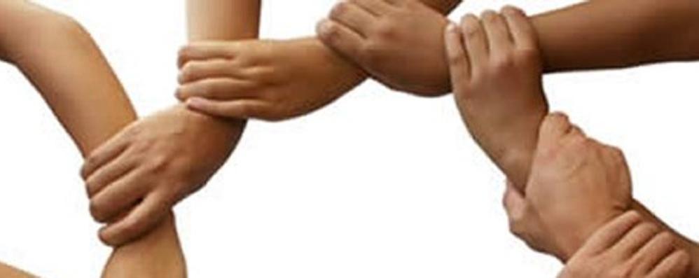 «Io con te. Condividi l'inclusione» Tremila bracciali in giro per Bergamo