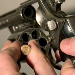 Roulette russa contro tre ragazzi Tutto per della droga sparita: arrestato