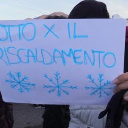 «A scuola fa freddo», studenti fuori Protesta al «Lotto» di Trescore - Foto