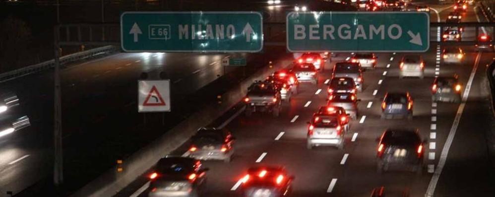 Scontro tra due auto in autostrada Traffico in tilt e lunghe code in A4