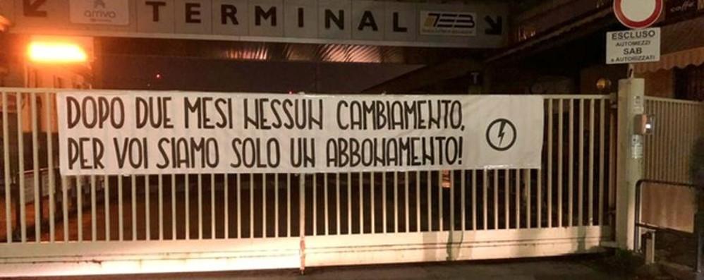 Striscione alla fermata del bus «Più sicurezza a Gazzaniga»