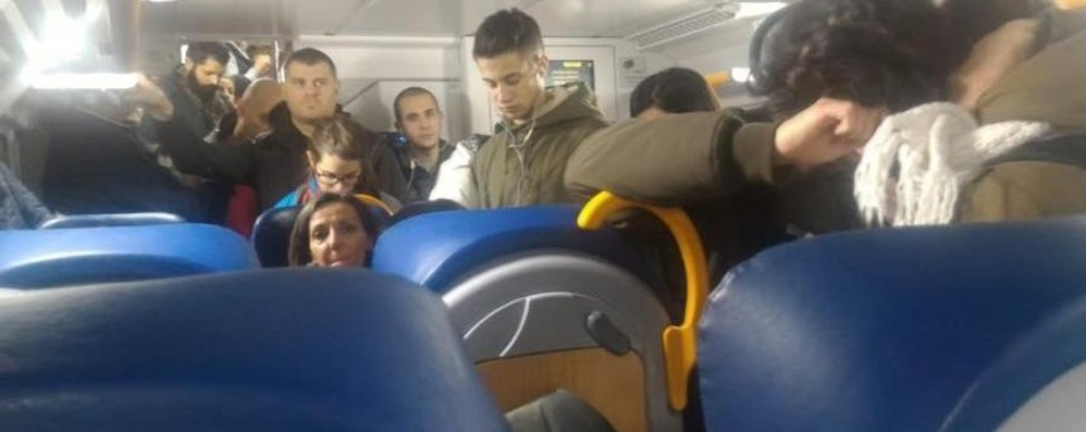 Il Black friday dei pendolari bergamaschi  Undici treni in ritardo o cancellati in serata