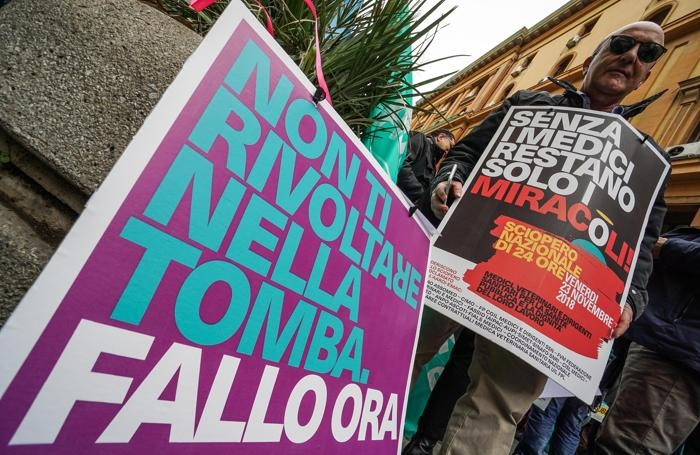 Un momento del Sit-in di protesta dei medici contro la manovra all' esterno del palazzo della regione Campania, Napoli ANSA/CESARE ABBATE