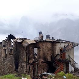 Incendio in alta Valle Brembana Cascina distrutta a Roncobello