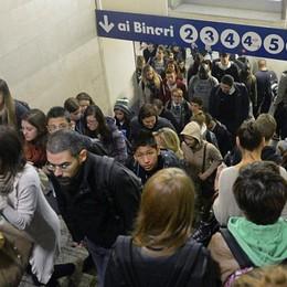 Stazione, «intrappolato» nel sottopasso Dieci minuti per cambiare il binario-Video