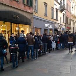 A Bergamo è già Natale, caos in centro Code per le letterine di Santa Lucia-Foto