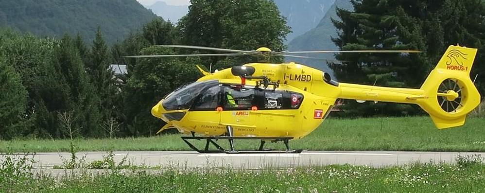 Paura per un bimbo caduto a scuola  Val Brembilla, in ospedale con l'elicottero