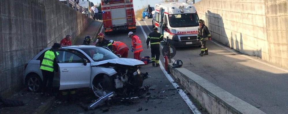 Auto finisce fuori strada a Mozzo Volo di tre metri: grave un donna