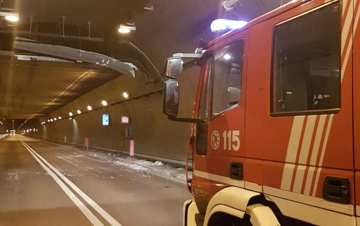 Un camion urta la struttura della galleria Montenegrone riaperta nella notte