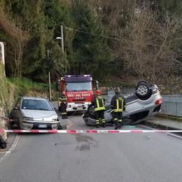 Scontro a Vall'Alta di Albino Auto si ribalta, due persone ferite