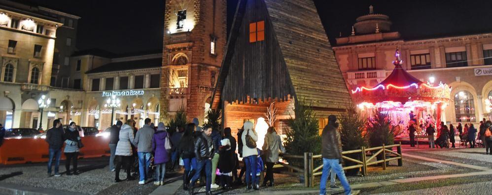 Bergamo, finito l'allestimento  Torna la Capanna di Natale  sul Sentierone