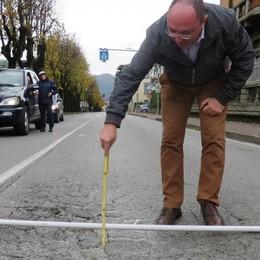 Buche pericolose sulla ex statale 342 Da Cisano un sos del sindaco a via Tasso