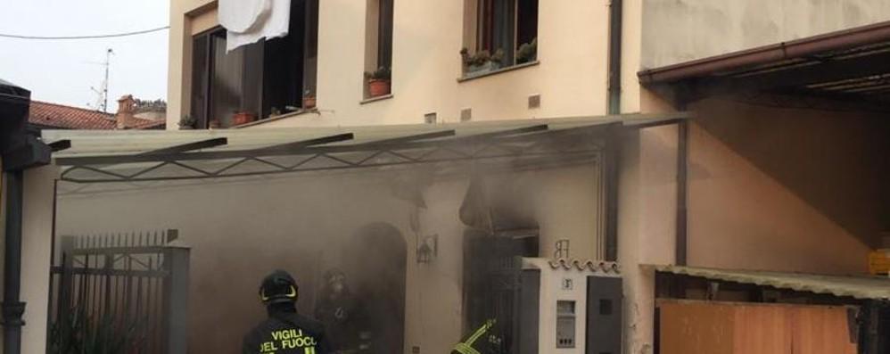 Incendio in una corte a Castel Rozzone Donna si butta dalla finestra: è grave