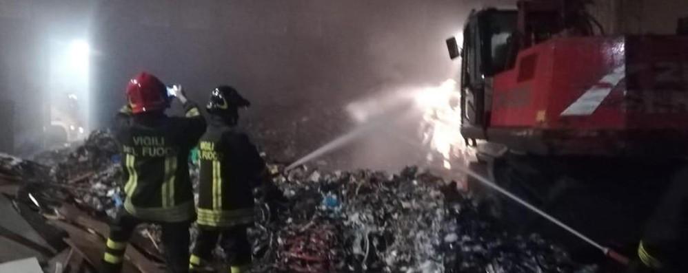 Brucia deposito di rifiuti a Calcinate Quattro ore per spegnere le fiamme