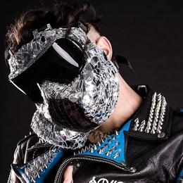 Il rapper con la maschera antigas Il «misterioso» Junior Cally a Stezzano