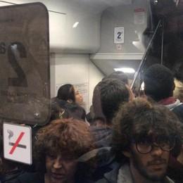 Treni, ormai il caos è quotidiano Vagoni pieni, cancellazioni e bus sostitutivi