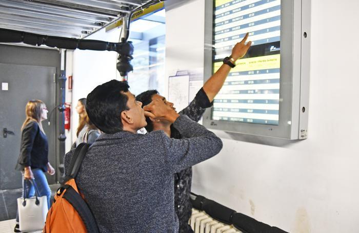 Studenti e pendolari consultano gli orari dei treni