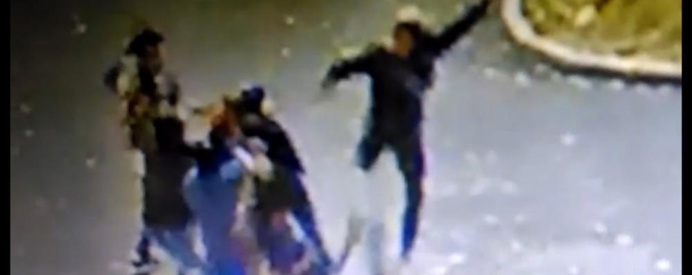 Bergamo, violento pestaggio in stazione Ripreso dalle telecamere -Video