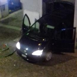 Auto sfonda vetrina e rimane incastrata Fallita spaccata in gioielleria a Treviglio