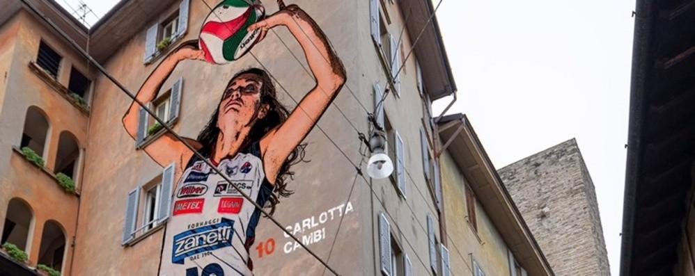 Le giocatrici appaiono sui muri della città È il calendario solidale del Volley Bergamo