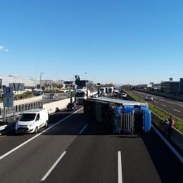 Tir si ribalta in A4 all'altezza di Orio -Foto Riaperta l'autostrada, caos in tangenziale
