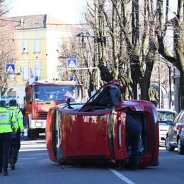 Treviglio, auto sbanda e si ribalta  79enne rimane incastrata nell'abitacolo
