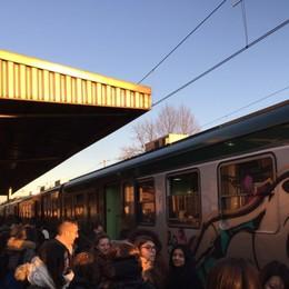 Mattinata nera sulla Bergamo-Brescia «Costretti anche a far cambio treno»