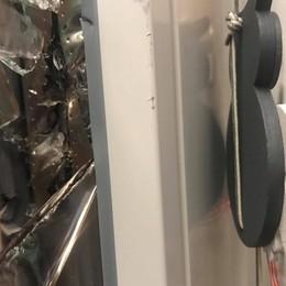 «Triplo vetro forato come fosse legno» Nuova raffica di furti ad Alzano