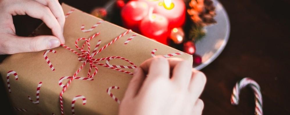 Gioielli e orologi? Meglio un panettone Ecco i regali sotto l'albero di Natale